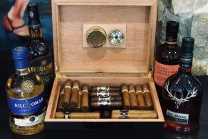 Humidor et cigares avec une sélection de whisky
