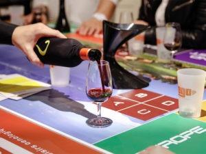 table de jeu oenologique en parallèle d'un cocktail