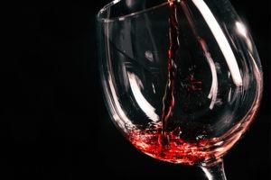 Dégustation de vins régionaux par un sommelier