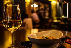 repas d'affaires avec dégustation de vin par un sommelier