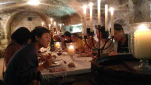 Diner aux chandelles chez un vignerons pour un groupe de touristes étrangers hong-kongais
