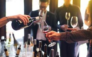 Dégustation de vin sur salon