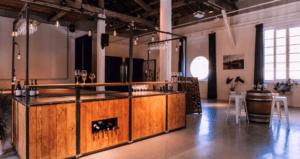 Bar mobile dans grand espace de réception pour évènements d'entreprise