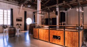 Bar à vin mobile avec tonneau et tabourets dans salle de réception