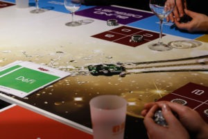 Table de jeu conviviale sur le champagne