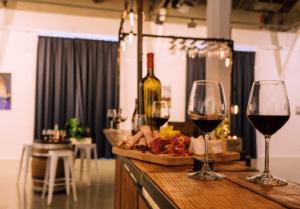 verres de vin rouge et planche de charcuterie sur le MOBBAR