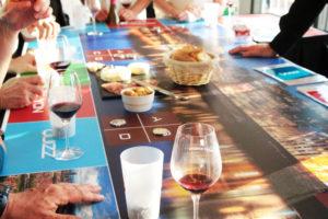 Plateau de jeu avec dégustation de vins et produits régionaux