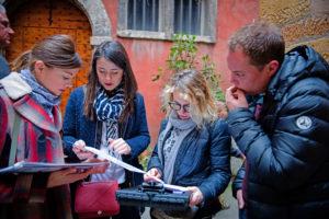 Activité ludique en équipe pour visiter Lyon au cours d'un séminaire