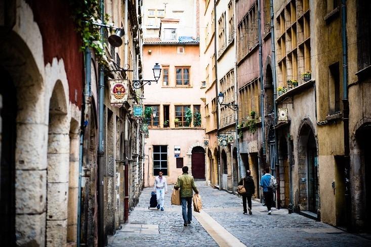 Rues pavées du vieux Lyon par beau temps