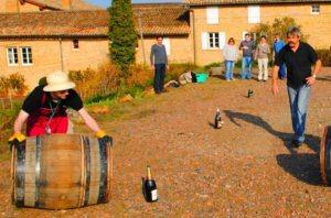 les participants jouent au roulé de tonneaux