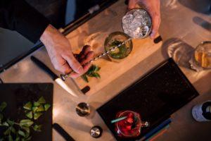 bartender faisant un mojito