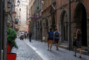 Promeneurs dans les rues du Vieux Lyon