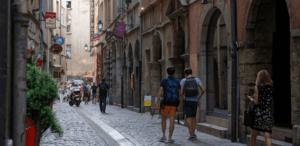 Passants dans rue piétonne du vieux Lyon
