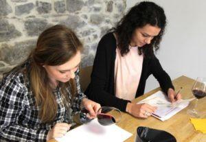 Participants à un cours d'œnologie