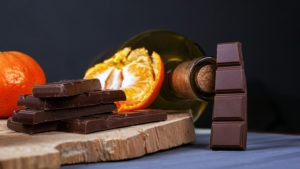 bouteille de vin avec barres de chocolat et orange