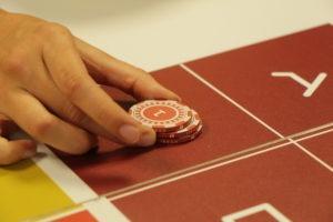 pion pour jouer table de jeu autour des spiritueux