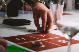Main avec jeton animation type casino