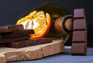 barres de chocolat avec orange et bouteille de vin
