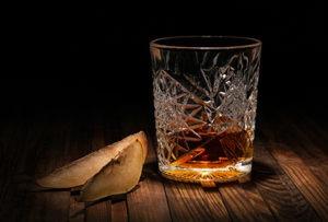 verre d'alcool avec quartiers de poire