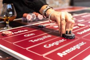 découverte et dégustation de spiritueux à Lyon autour d'une table de jeu